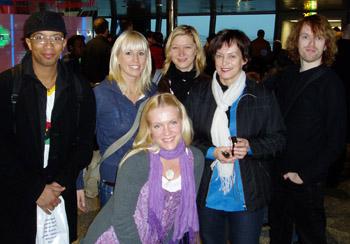 Menomatkalla. Vasemmalta oikealle: Tidjân Bâ, Karolina Roiha, Jonna Kosonen, Merja Mähkä, Tuula Vikman ja Anssi Kela.