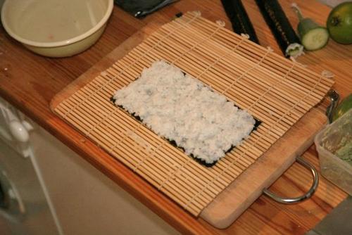 Tästä lähtee syntymään takaperoinen rulla, jossa merilevä tulee sisäpuolelle ja riisi ulkopuolelle.