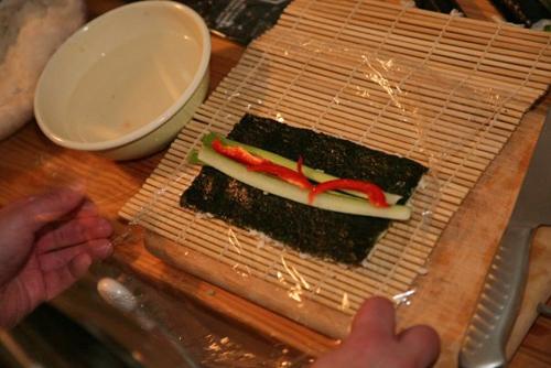 Muovin avulla riisi pysyy nipussa.