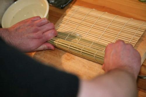Rullataan bambumatolla tiivis paketti.