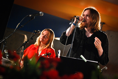 Lavalla viulisti Kukka Lehdon kanssa. Kuva: Kaustinen Folk Music Festival 2009/Tommi Taipalus
