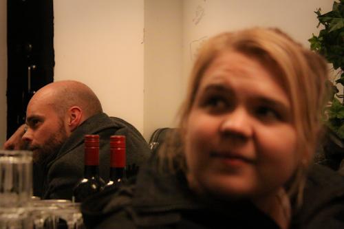Ville ja Saara odottelemassa keikan alkua. Vielä kolme tuntia.
