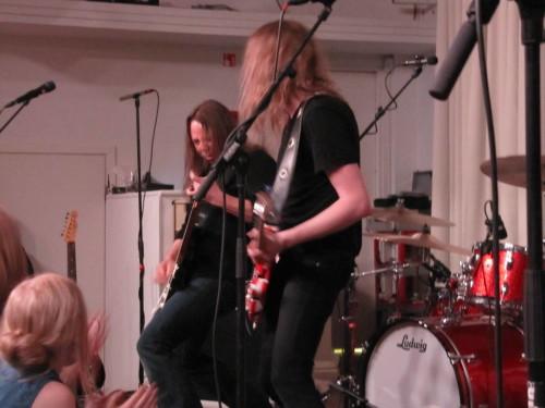 Tuomas ja Anssi ottavat kitaroin toisistaan mittaa.