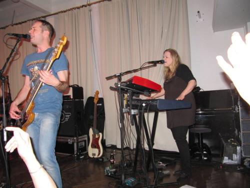 Antti ja Saara laulavat taustoja.