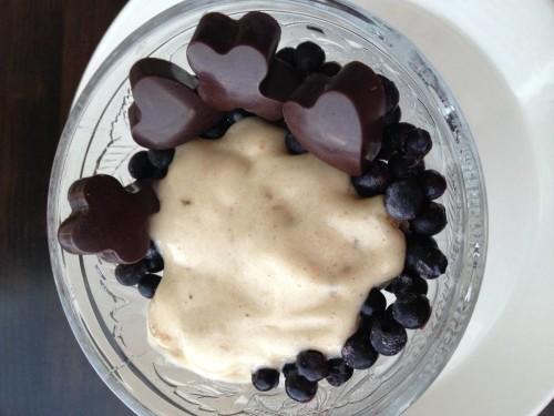 Vaniljajäätelö mustikkapedillä & suklaalla