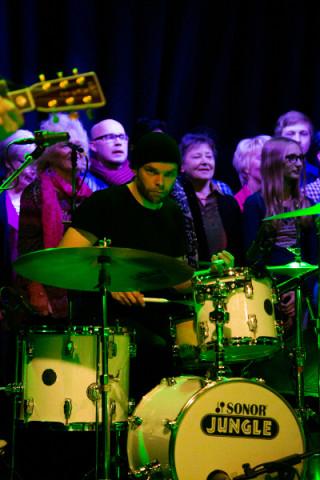 Villellä on kumma tunne siitä, ettei bändi ole lavalla yksin.
