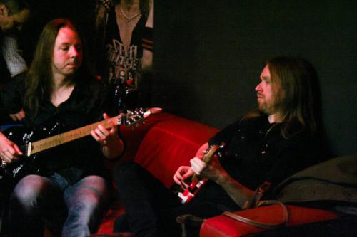 Tuomas ja Anssi meditoivat kitaroin.