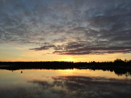 Ilta hiipui, auriinko arvuutteli laskeutuako maille vai pysyäkö taivalla.