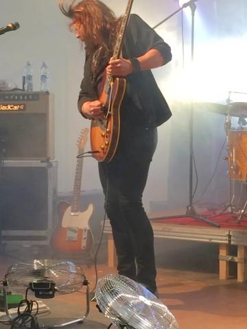 Tuomaksen kitarointi välittyy koko kropasta.