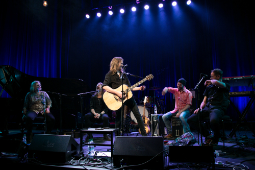 Bändi on riisuttu instrumenteista ja osin myös mikrofoneista.