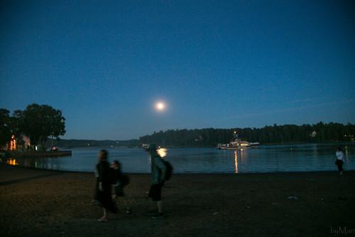 Ilta houkutti uimaan kuutamoon.